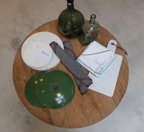 Bodegón mesa, tienda de muebles rojosillón