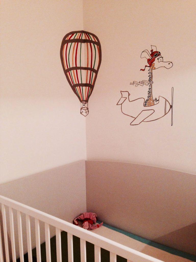 RojoSillón_Mural Infantil globos y jirafa_21